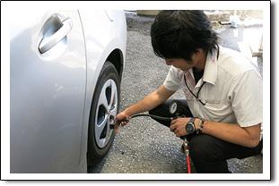 スカイレンタカー安心安全宣言その3出発前のタイヤ空気圧チェック