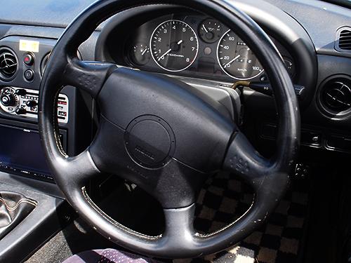 初代ロードスター 車内画像3MOMO製ステアリング(エアバック装備)
