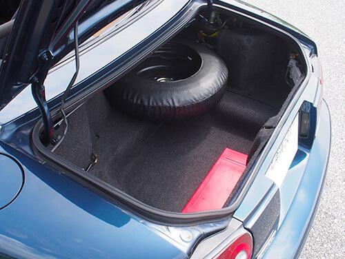 初代ロードスター 車内画像5トランク 純正スペアタイヤ、工具付き