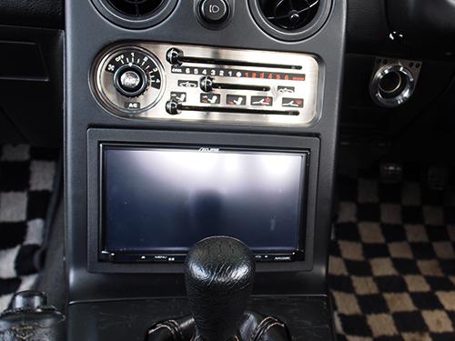 初代ロードスター 車内画像8カーナビ(4か国語対応)