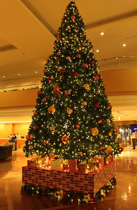 ロワジールホテル那覇で美しい歌声と幻想的な映像でクリスマスを祝う