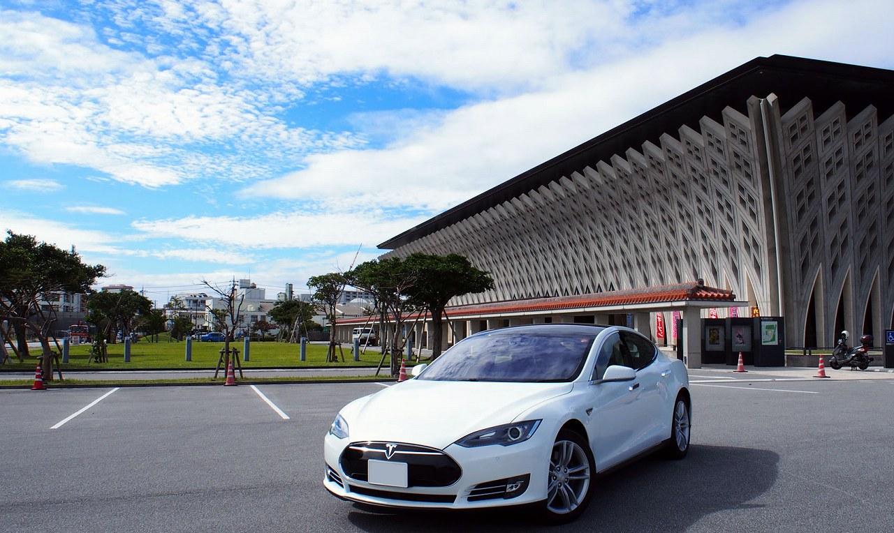 今話題の電気自動車、テスラのモデルSを沖縄で試乗!評判通りの革新的なクルマ!