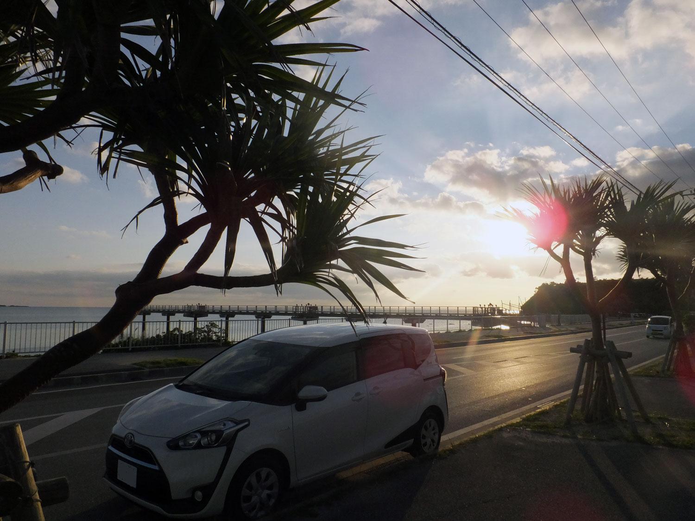 沖縄の海とシエンタ